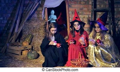 sorcière, trois, loin, costumes, partir, motion., filles, lent, voir, candy., momie, course