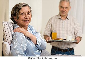 soucier, épouse, personne agee, apporter, petit déjeuner, homme