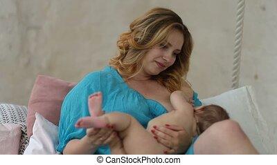 soucier, breastfeeding, elle, dénudée, mère, dorlotez fille