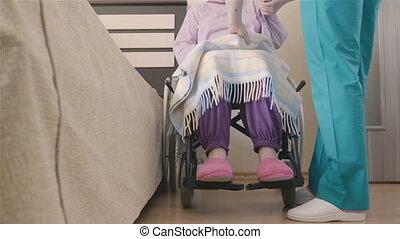 soucier, femme, fauteuil roulant, jeune, handicapé, aîné, infirmière