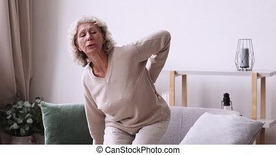 soudain, personne âgée femme, maison, douleur, fatigué, sent, dos