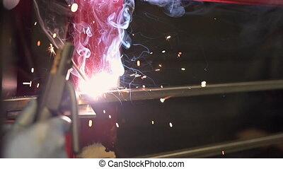 soudure, main-d'œuvre, ouvrier, électrique, manuel, motion., arc, machine, soudant acier, compétence, closeup, utilisation, lent