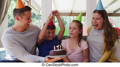 souffler, caucasien, gâteau, bougies, portrait famille, anniversaire, wa, chapeau, fête, fille souriante, quoique