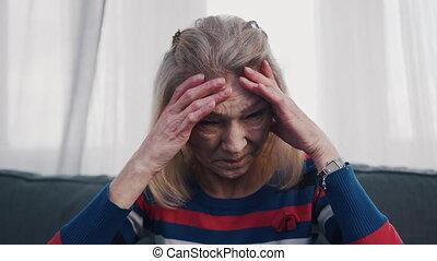 souffrance, mal tête, femme âgée