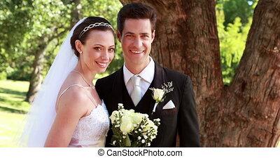sourire, appareil photo, nouveaux mariés, heureux