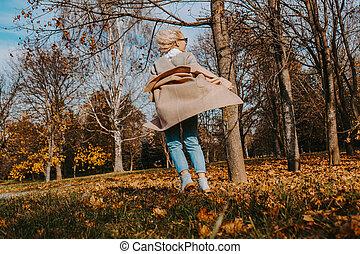 sourire, automne, parc, belle femme, sauter