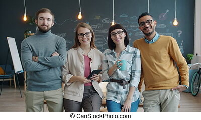 sourire, businesspeople, portrait, heureux, bureau, multiethnic, équipe, créatif