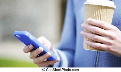sourire, café, femme, smartphone, tasse