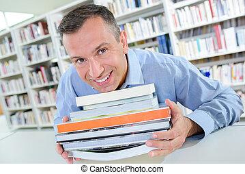 sourire, livres, pile, tenue, homme