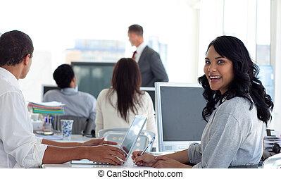 sourire, présentation, femme affaires