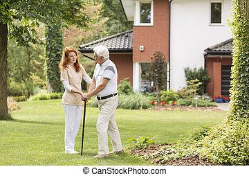 soutenir, marche, jardin, crosse, sourire, caregiver, homme aîné