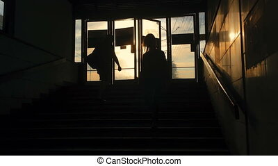 souterrain, silhouettes, gens, passage