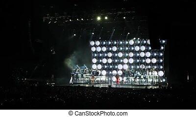 spectateurs, concert, danse, asseoir, scène, chanteurs, salle, regard