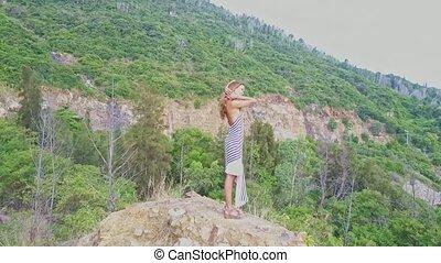 stands, contre, océan, colline verte, blonds, rocher, girl