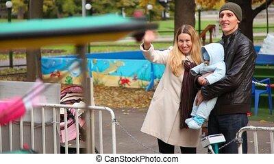 stands, famille, parc, bébé, amusement, heureux