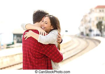 station, couple, train, étreindre, heureux