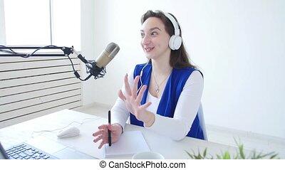 studio, jeune fille, gai, broadcasting., ruisseler, microphone, concept, parle