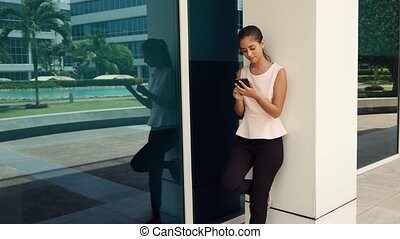 stylo, femme, smartphone, dactylographie