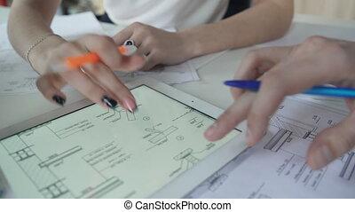 stylos, tablette, derrière, computer., bureau, plan, discuter, personnel