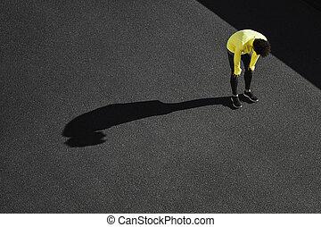sun., exhaustion., athlète, chaleur, workout., fatigué, lourdement, coupure, sous, homme, fitness, prendre, courir fonctionnement, respiration, cardio, après