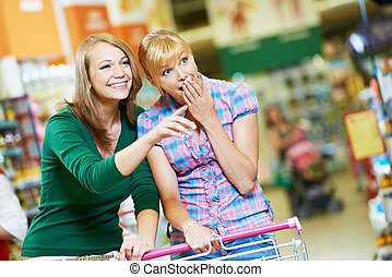 supermarché, achats femme, deux, charrette