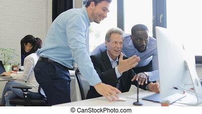 sur, bon, groupe, professionnels, point, résultats, écran, conversation, informatique, hommes affaires, équipe, sourire, discuter, heureux