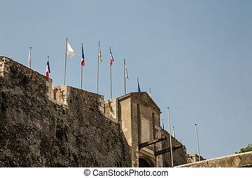 sur, drapeaux, pierre, forteresse