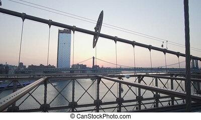 sur, est, non, brooklyn, surise, été, pont, rivière, regarder, voitures, trafic, dépassement, gens