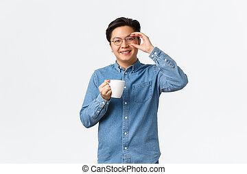 sur, lunettes, bureau, routine, avoir, coupure, homme, regarder, café, boire, déjeuner, asiatique, debout, type, matin, blanche grande tasse, ouvrier, sourire, optimiste, gai, tasse, arrière-plan.