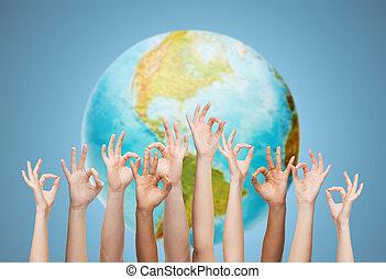 sur, ok, globe, signe, mains humaines, la terre, projection