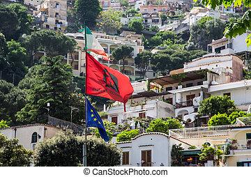 sur, positano, drapeaux