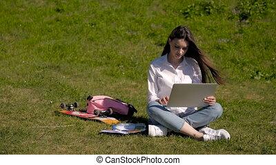 surfer, étudiant, ordinateur portable, jeune, parc, hipster, joli, dehors, utilisation, girl, filet