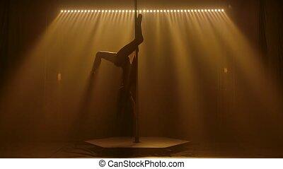 svelte, dessus, studio, lent, corps, jaune, silhouette, studio., noir, motion., pylône, danseur, rotation, bas, lighting., autour de, fond, femme, athlétique