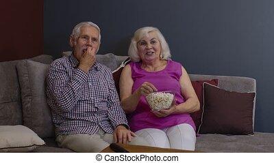 télé regarde, pellicule, manger, couple, ensemble, pop-corn, personnes agées, maison portrait, apprécier