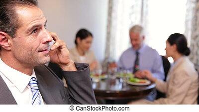 téléphone, affaires conversation, homme affaires, déjeuner