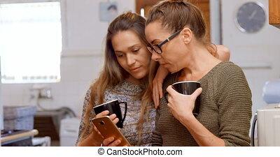 téléphone, couple, lesbienne, sur, mobile, discuter, 4k