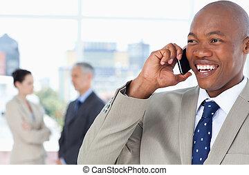 téléphone, directeur, côté, vers, quoique, conversation, regarder, rire, jeune