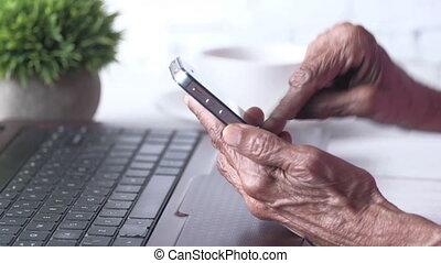 téléphone, fin, intelligent, femmes, main, personne agee, utilisation, haut
