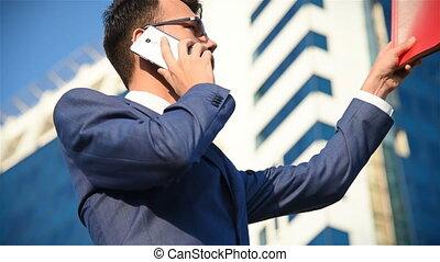 téléphone, homme affaires, jeune, conversation