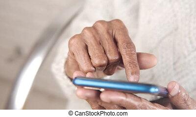 téléphone, intelligent, utilisation, femmes, personne agee, haut, main, fin