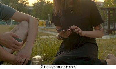 téléphone portable, femme, parc, jeune