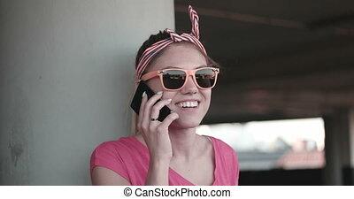 téléphoner femme, lunettes soleil, jeune