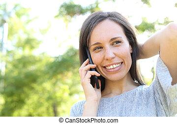 téléphoner femme, parc, appelle, heureux