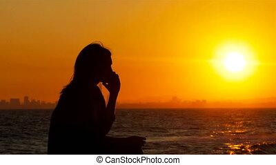 téléphoner femme, silhouette, coucher soleil, conversation