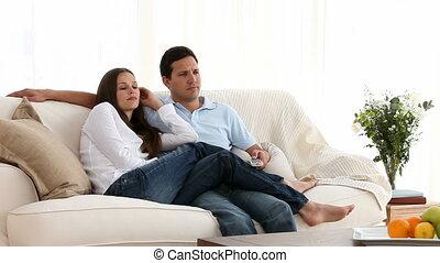 télévision regardant, couple, percé