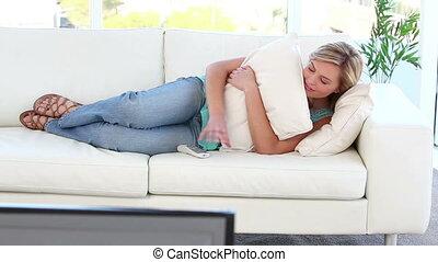 télévision regardant, femme, paisible