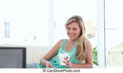 télévision regardant, femme souriante, blond