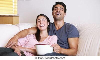 télévision regardant, rire, couple