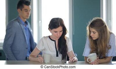tête, approached, bureau, thé, work., jeune, deux, département, femmes, bu, les, aller, mâle, dit