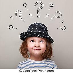 tête, au-dessus, pensée, beaucoup, regarder, questions, girl, gosse, heureux